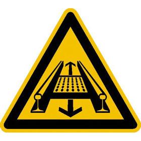 Warnschild Warnung vor Gefahren durch eine Förderanlage im Gleis