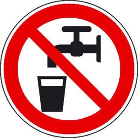Verbotsschild auf Bogen Kein Trinkwasser