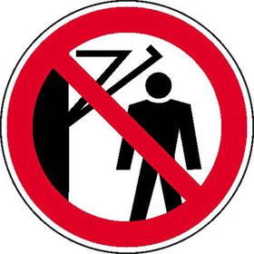 Verbotsschild Hinter den Schwenkarm treten verboten