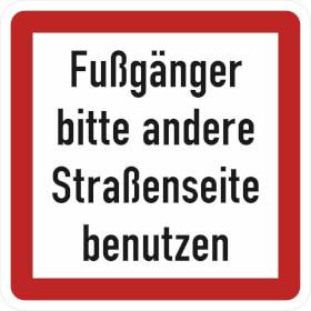 Verkehrsschild - Betriebskennzeichnung Fußgänger bitte andere Straßenseite benutzen